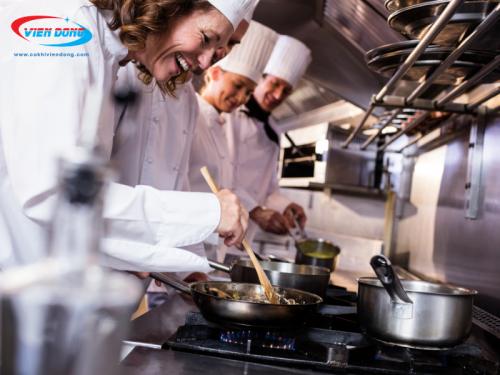 bếp Âu phục vụ 4 đầu bếp cùng lúc
