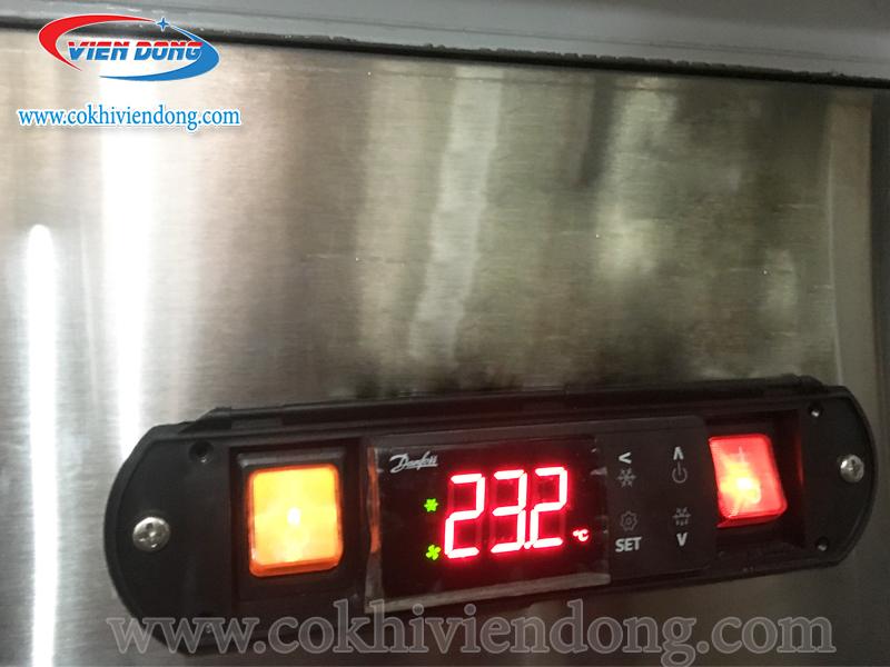 Bảng điều khiển và các khay đựng của tủ đông mát nhà bếp